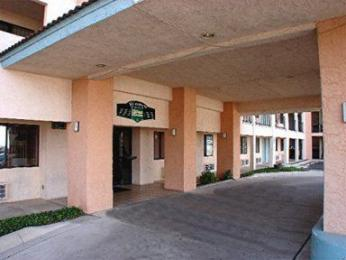 Hallmark Inn &amp; Suites