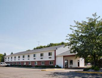 Super 8 Motel - Becker