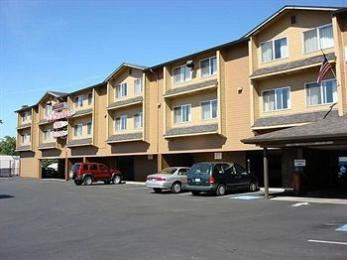 Clackamas Inn & Suites