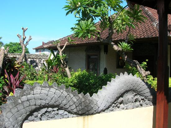 Bali Taman Beach Resort: 酒店花草