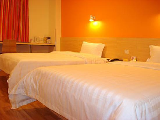 ‪7 Days Inn Guiyang Huanghe Road‬