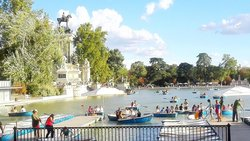 Nice afternoon at Retiro Park lakewith boats and fun (110457411)