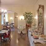  The dining and breakfast room! Classic architectural environment - very cozy!