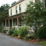 ‪The Looking Glass Bed and Breakfast‬