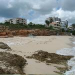Image of whole beach, villas over look, tower appts on left.