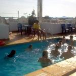  los nios jugando en la mini piscina