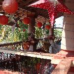 The terrace with comfy chairs and the Christmas decorations ...