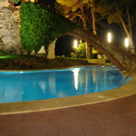  Piscina y torre por la noche