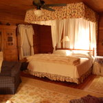 Bed room with kingsized bed and canopy