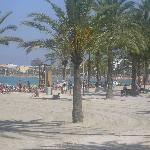  la playa situada al bajar la calle del hotel