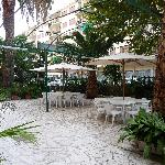Hotel Golfo Anzio - Front garden and table area