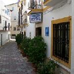  La calle de entrada del Hostal
