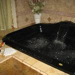  The Hydro Lounge jacuzzi tub