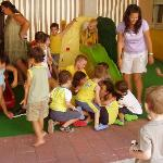  miniclub: l&#39;animatore Antonio sommerso dai bimbi