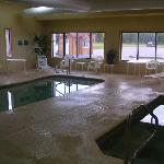  Great little pool, hot tub, very clean