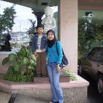  At the hotel entrance .. er, ignore the statue behind.  hehehe