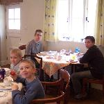 les enfants intrigué a par le breakfast.