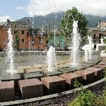  Fontana con hotel sulla destra.