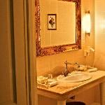  Kronon Park Hotel: warm-coloured bathroom