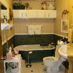 Bath Room w/ Claw Foot Tub
