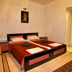 Hasht Behesht Apartments: joined beds