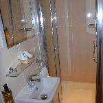 ensuite bathroom - modern shower