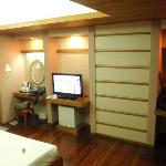 Bedroom (with flat tv)