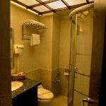  Escan Hotel: tiny single room bath