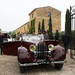 Cars leave Villa Romaine on Rallye des Bastides