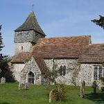  Tegenover Elmsted Court ligt de &quot;St James the Great Church&quot; uit de 11e eeuw