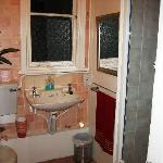 Shared Bath,One of 2 Nead Room