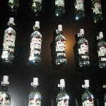  Bacardi-Flaschen Wand neben der Bar