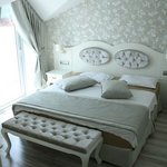The Pine Hill Hotel & Suites resmi