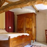  Le Messager : a Deluxe room / une chambre double