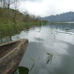 Pirogue sur le lac Tamblingan