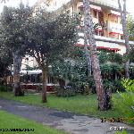  l&#39;albergo visto dall&#39;ingresso giardino