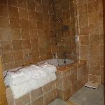  Clean ensuite bathroom / shower