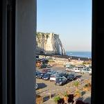  Vue sur le parking, les falaises et la mer