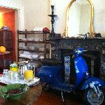 le vespa in the dining room- how chic:)
