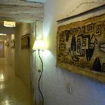  los pasillos del hostal , decorados con arte rupetre