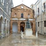  Il cortile e la chiesa