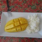  mango with sticky rice (dessert)