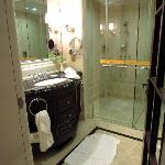bathroom (Maoming Xilong)