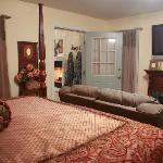 Arbor Cottage's Four Poster King Bed