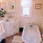 """Heart's Delight"" private bathroom"