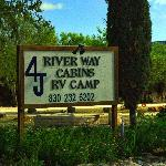 4J River Way Cabins and RV Camp resmi