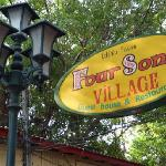 Four Sons Village - Schild an der Straße