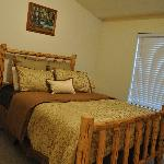 Guest bedroom w/queen bed & attached bath