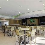 Fox's Lounge serves premium pub fair, chilled draft beer & a wide selection of cocktails