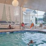  Enjoy the Aspen Lodge swimming pool